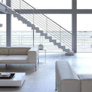 バルセロナの広い金属製の地中海スタイルのおしゃれな階段の写真