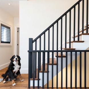 Ejemplo de escalera recta, clásica renovada, pequeña, con escalones de madera y contrahuellas de madera pintada