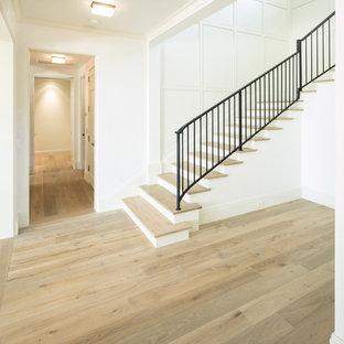 Ejemplo de escalera curva, tradicional, de tamaño medio, con escalones de metal y contrahuellas de madera