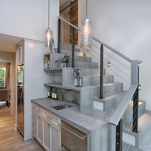 Diseño de escalera en L, tradicional renovada, de tamaño medio, con escalones de madera, contrahuellas de madera y barandilla de cable