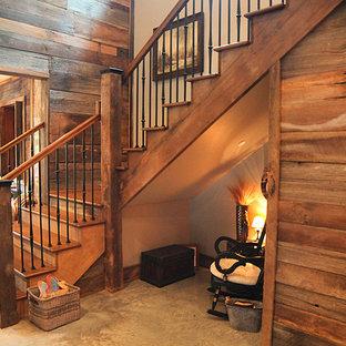 Modelo de escalera en U, de estilo de casa de campo, grande, con escalones de madera y contrahuellas de madera