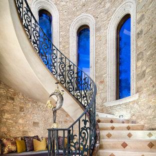 Foto di un'ampia scala a chiocciola mediterranea con alzata piastrellata