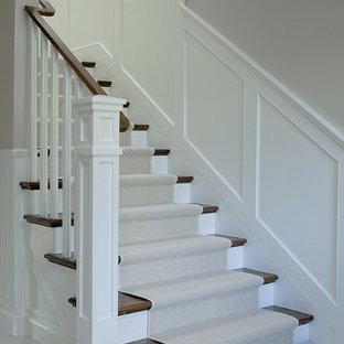 Modelo de escalera en L, clásica renovada, grande, con escalones de madera y contrahuellas de madera pintada