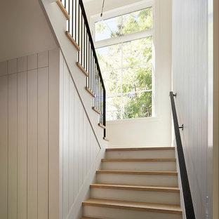 Foto de escalera en U, campestre, grande, con escalones de madera y contrahuellas de madera pintada