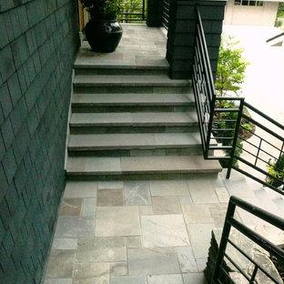 Неиссякаемый источник вдохновения для домашнего уюта: п-образная лестница с ступенями из сланца, подступенками из сланца и металлическими перилами