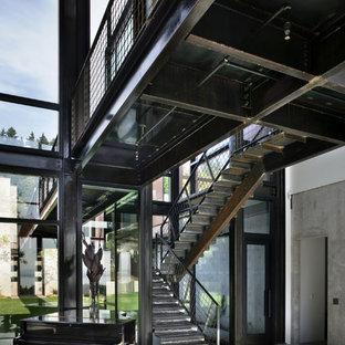 シアトルの中サイズの金属製のインダストリアルスタイルのおしゃれな折り返し階段 (金属の蹴込み板) の写真