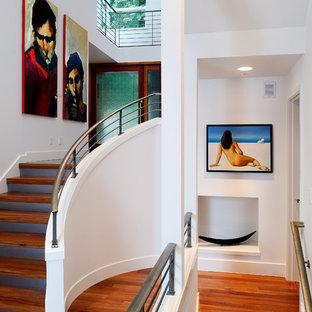 Exempel på en modern svängd trappa i trä