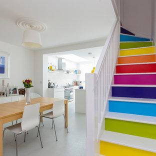 Diseño de escalera en L, actual, con escalones de madera pintada y contrahuellas de madera pintada