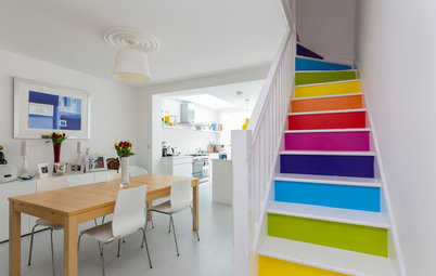 Färgstarka trappor som sticker ut och gör hallen roligare
