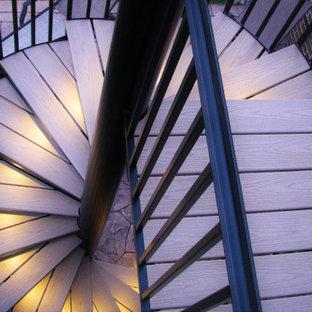 Diseño de escalera de caracol, actual, pequeña, con escalones de madera, contrahuellas de metal y barandilla de metal