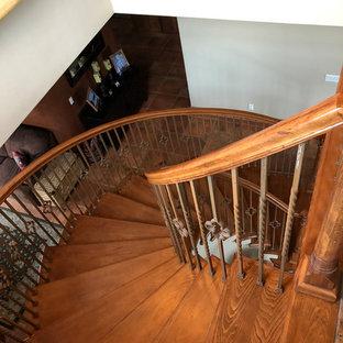 Idee per una scala a chiocciola minimal di medie dimensioni con pedata in legno, alzata in legno e parapetto in legno