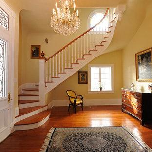 Idéer för mellanstora vintage svängda trappor i trä, med sättsteg i målat trä