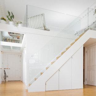 Imagen de escalera recta, actual, pequeña, con escalones de madera y contrahuellas de madera