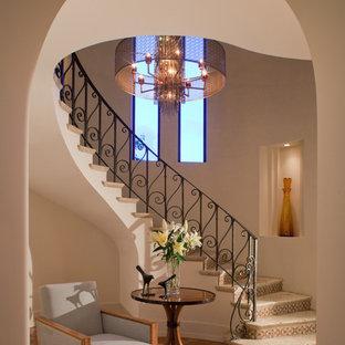 Imagen de escalera mediterránea con barandilla de metal y escalones de travertino