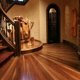 Esempio di un'ampia scala curva rustica con pedata in legno e alzata in moquette
