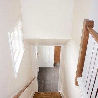 Imagen de escalera recta, de estilo americano, de tamaño medio, con escalones de madera y contrahuellas de madera