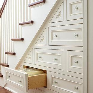 Diseño de escalera clásica con escalones de madera