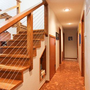 Новые идеи обустройства дома: угловая лестница среднего размера в стиле ретро с деревянными ступенями и деревянными подступенками