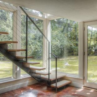 На фото: прямая лестница среднего размера в стиле модернизм с деревянными ступенями и деревянными подступенками