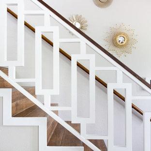 Diseño de escalera recta, retro, de tamaño medio, con escalones con baldosas y contrahuellas con baldosas y/o azulejos