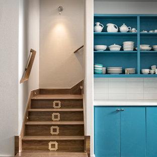 Diseño de escalera en L, vintage, pequeña, con escalones de madera, contrahuellas de madera y barandilla de madera