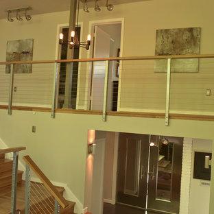 ワシントンD.C.の大きい木のミッドセンチュリースタイルのおしゃれな階段 (木の蹴込み板) の写真