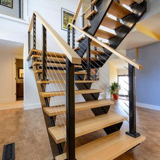 Ejemplo de escalera en U, retro, grande, sin contrahuella, con escalones de madera