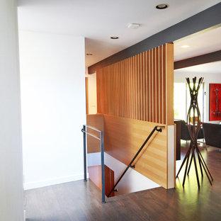 Modelo de escalera recta, vintage, de tamaño medio, con escalones de madera, contrahuellas de madera y barandilla de metal