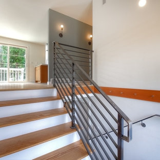 Создайте стильный интерьер: п-образная лестница среднего размера в стиле ретро с деревянными ступенями и крашенными деревянными подступенками - последний тренд