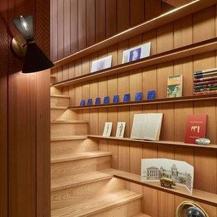 Diseño de escalera recta, retro, pequeña, con escalones de madera y contrahuellas de madera