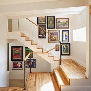 """Foto di scale a """"U"""" moderne di medie dimensioni con pedata in legno e alzata in legno"""