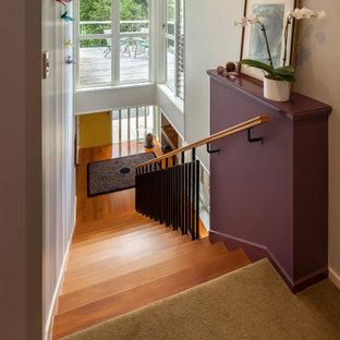Diseño de escalera recta y papel pintado, retro, de tamaño medio, con escalones de madera, contrahuellas de madera, barandilla de metal y papel pintado