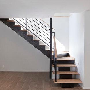 """Ispirazione per una scala a """"L"""" moderna di medie dimensioni con pedata in legno e alzata in legno verniciato"""