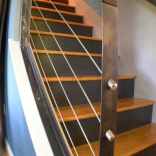 Modelo de escalera recta, vintage, de tamaño medio, con escalones de madera y contrahuellas de madera pintada