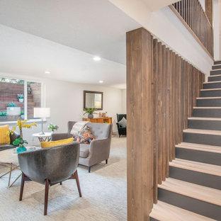 Modelo de escalera recta, retro, de tamaño medio, con escalones de madera, contrahuellas de madera pintada y barandilla de madera
