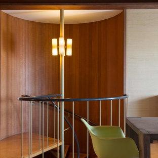 Imagen de escalera de caracol, retro, pequeña, con escalones de madera y contrahuellas de metal