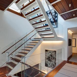 Diseño de escalera urbana, sin contrahuella, con escalones de madera y barandilla de vidrio