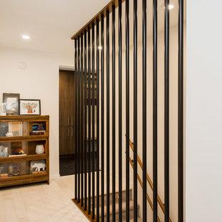 Foto di una piccola scala a rampa dritta minimalista con pedata in moquette e alzata in moquette