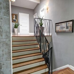 Foto di una scala a rampa dritta design di medie dimensioni con pedata in metallo e alzata in legno
