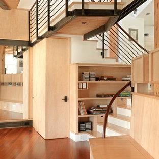 Ejemplo de escalera en U, rural, grande, con escalones de madera y contrahuellas de madera pintada