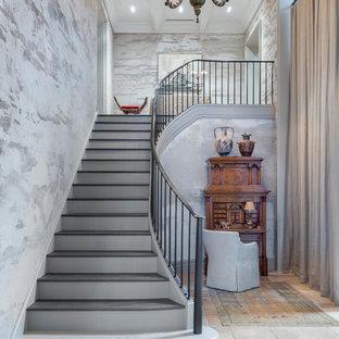 ニューヨークの地中海スタイルのおしゃれなサーキュラー階段 (金属の手すり) の写真