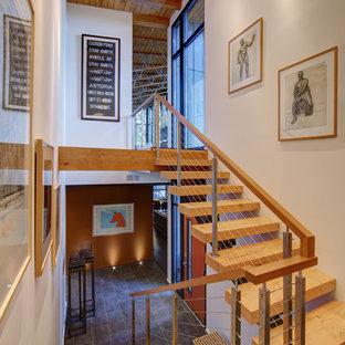 Diseño de escalera en U, contemporánea, sin contrahuella, con escalones de madera y barandilla de cable