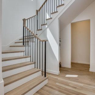 Inspiration för en stor funkis u-trappa i trä, med sättsteg i målat trä och räcke i metall