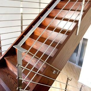 Foto de escalera en U, actual, con escalones de madera y contrahuellas de madera