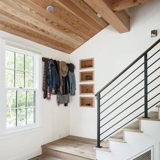 Modelo de escalera recta, de estilo de casa de campo, con escalones de madera, contrahuellas de madera y barandilla de metal