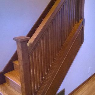 ミネアポリスの大きい木のトラディショナルスタイルのおしゃれな直階段 (木の蹴込み板、木材の手すり) の写真