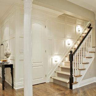 Diseño de escalera recta, actual, de tamaño medio, con escalones de madera y contrahuellas de madera pintada