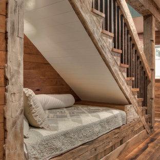 Inspiration för rustika raka trappor, med räcke i flera material
