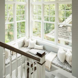 Idee per una scala classica con pedata in moquette e parapetto in legno