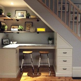 Imagen de escalera recta, romántica, pequeña, con escalones de madera, contrahuellas de madera y barandilla de madera